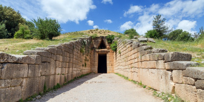 """The Treasury of Atreus or Tomb of Agamemnon, an impressive """"tholos"""" tomb  of the Bronze age on the Panagitsa Hill at Mycenae, Peloponnese"""